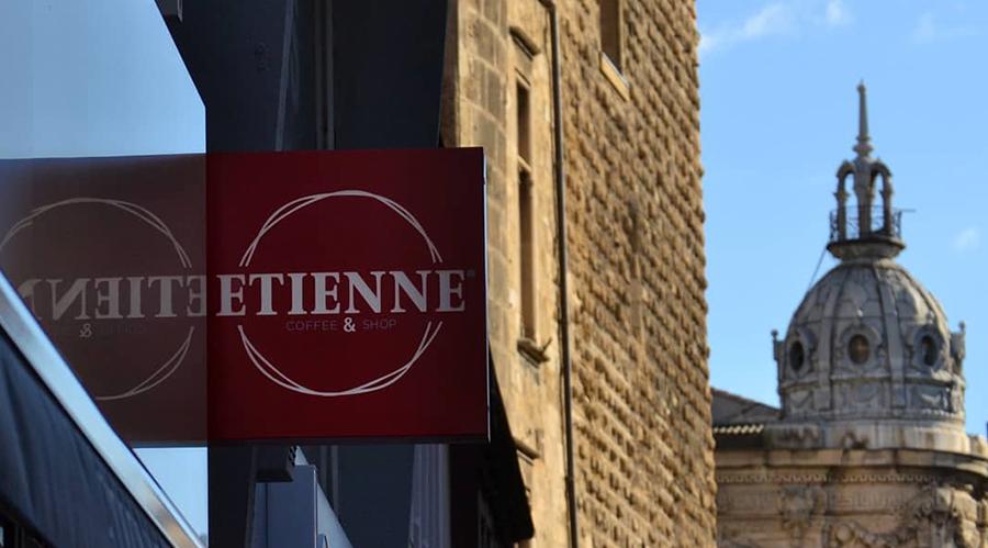 enseigne ETIENNE Coffee & Shop